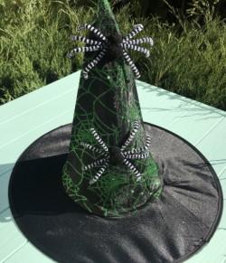 Шляпа ведьмочка с двумя пауками зелёная