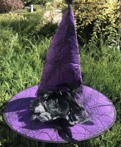 Шляпа ведьмочки с перьями и розой фиолетовая