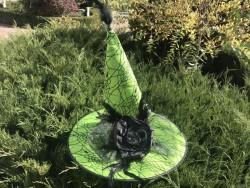 Шляпа светло-зелёная с розой и перьями