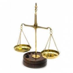 Весы бронзовые на деревянной подставке 15х6х9 см DN24455