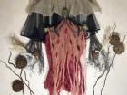 Устрашающий декор на Хэллоуин Баба Яга в красном