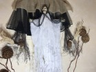 Устрашающий декор на Хэллоуин Баба Яга в белом