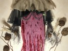 Устрашающий декор на Хэллоуин Баба Яга в розовом