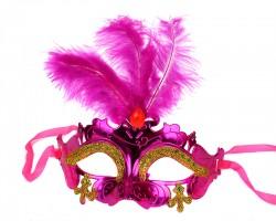 Маска пластиковая на завязках с перьями розовая