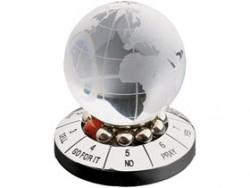 Десижн-мейкер со стеклянным шаром и картой мира