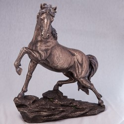 Статуэтка  Конь на скале