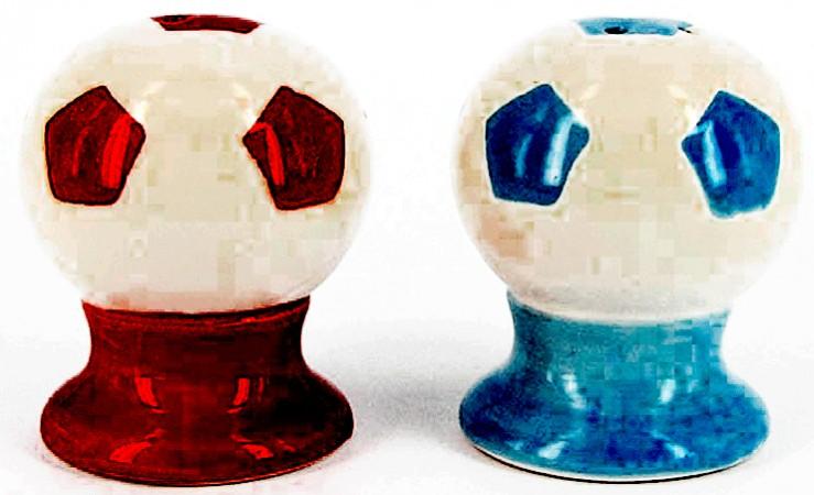 Солонки - мячи на подставке