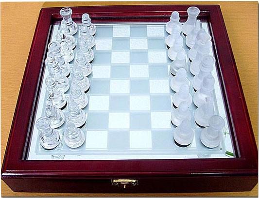 Шахматы стеклянные в деревянном кейсе