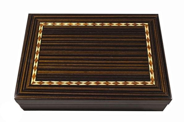 Игральные карты в деревянной шкатулке
